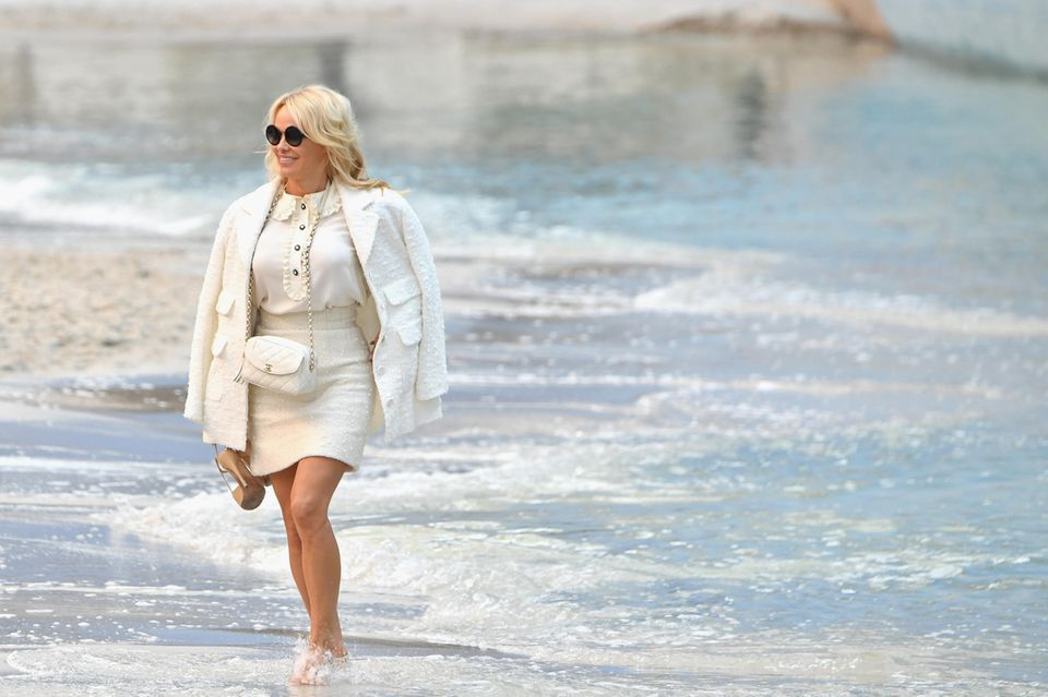 """Bei der Fashionshow von Chanel könnte sich Pamela Anderson glatt an ihre Baywatch-Zeitenzurückerinnert fühlen. Karl Lagerfeld hat den Grand Palais nämlich in einen Strand verwandelt und präsentiert hier seine Kollektion """"Chanel By The Sea""""."""