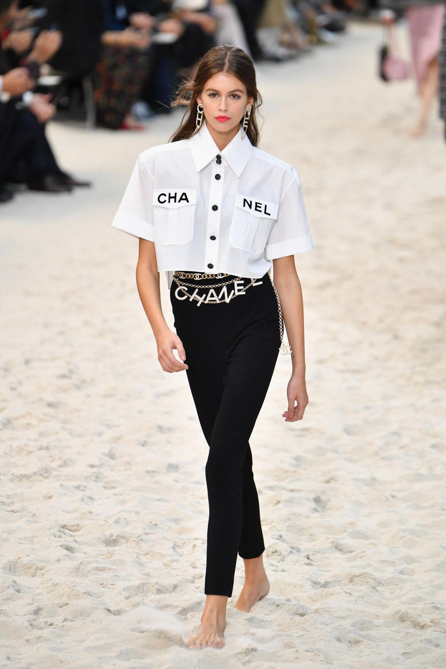 Lagerfelds Muse Kaia Gerber gehört zu einem der ersten Models, das den Sand unter ihren Zehen spüren darf. Sie eröffnet den Catwalk.