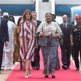 Die US-Präsidenten-Gattin ist auf ihrer ersten Solo-Auslandsreise in Ghana angekommen. MelaniaTrump wird bei ihrer Ankunft in der Hauptstadt Accra feierlich von der First Lady von Ghana, Rebecca Akufo-Addo, sowie von Tänzern, Trommlern und Schulkindern begrüßt.