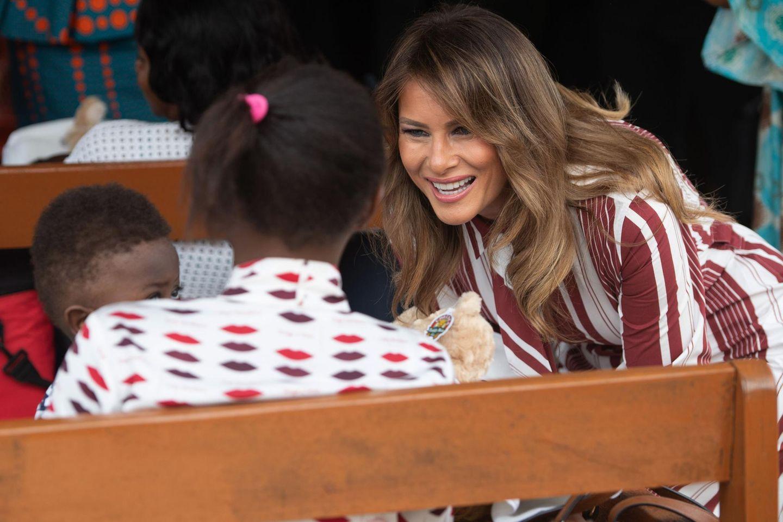 """Die Reise ist durchaus heikel: US-Präsident Trump hat in der Vergangenheit afrikanische Staaten als """"Drecksloch-Länder"""" bezeichnet. Melania Trump hingegen möchte versuchen liebevollen Kontakt zu den Menschen herzustellen.Bei ihrer ersten Auslandsreise in ihrer Funktion als First Lady ohne Begleitung des Präsidenten wird Melania Trump nach Ghana auch Malawi, Kenia und Ägypten besuchen. Dabei will sich die 48-Jährige anschauen, wie das US-Hilfswerks """"USAID"""" die jeweiligen Länder unterstützt. Der Fokus liegt demnach auf der Gesundheitsversorgung für Mütter und Neugeborene sowie auf Bildungsprogrammen für Kinder."""