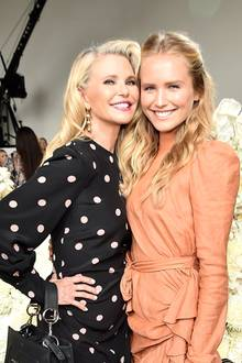 """Christie Brinkley und Sailor Lee  Wie die Mutter, so die Tochter! Christie Brinkley und ihre Tochter Sailer Lee könnten glatt Geschwister sein. Die Ähnlichkeit des Mutter-Tochter-Gespanns ist einfach zu groß. Die beiden hübschen Blondinen posieren sogar gemeinsam für die """"Sports Illustrated"""" Sailor scheint das Modelgen in jedem Fall von der Mutter geerbt zu haben."""