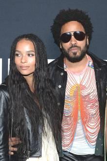 Lenny Kravitz, Lisa Bonetund Tochter Zoe  Ja wer ist denn hier wer? Die Ex-Frau von Rockstar Lenny Kravitz und ihre Tochter Zoe sind kaum zu unterscheiden. Das Mutter-Tochter-Gespann teilt nicht nur die gleiche Frisur, sondern auch den Kleiderschrank, wie Lisa zuletzt in einem Interview erzählt.