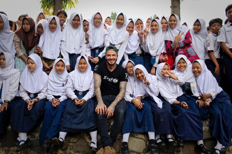 In Indonesien möchte David Beckham den Leuten nach dem schrecklichen Erdbeben und dem darauffolgenden Tsunami helfen. Mit der Organisation UNICEF versucht der Star-Kicker die Leute wieder aufzubauen.