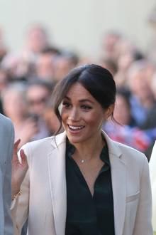 3. Oktober 2018  Gut gelaunt erscheinen Prinz Harry und Herzogin Meghan beim ersten offiziellen Besuch des Herzogztums von Sussex.