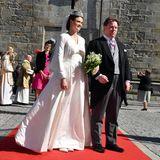Gräfin Anna Theresa von und zu Arco-Zinneberg heiratet am 3. Oktober 2018 ihrenColin McKenzie in einem weißen Kleid, das schlichter nicht sein könnte. Auch ihr Bolero lässt dem Schleier den großen Auftritt. Dieser ist nämlich mit edelster Spitze verziert.