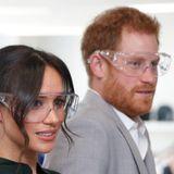 3. Oktober 2018  Prinz Harry und Herzogin Meghan besuchen die Eröffnung einer technischen Universität. Dort geht Sicherheit vor. Das royale Pärchen muss Schutzbrillen tragen. Sehen gar nicht mal so schlecht aus.