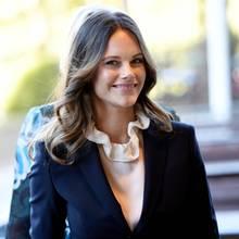 Warum so hochgeschlossen, Sofia? Die schöne Prinzessin zeigt sich bei ihrem Besuch desKarolinska Krankenhauses in Solna bei Stockholm mit Rüschen-Bluse unter ihrem dunkelblauen Kostüm fast ein bisschen bieder. Ist der Herbst in Schweden schon so kühl?