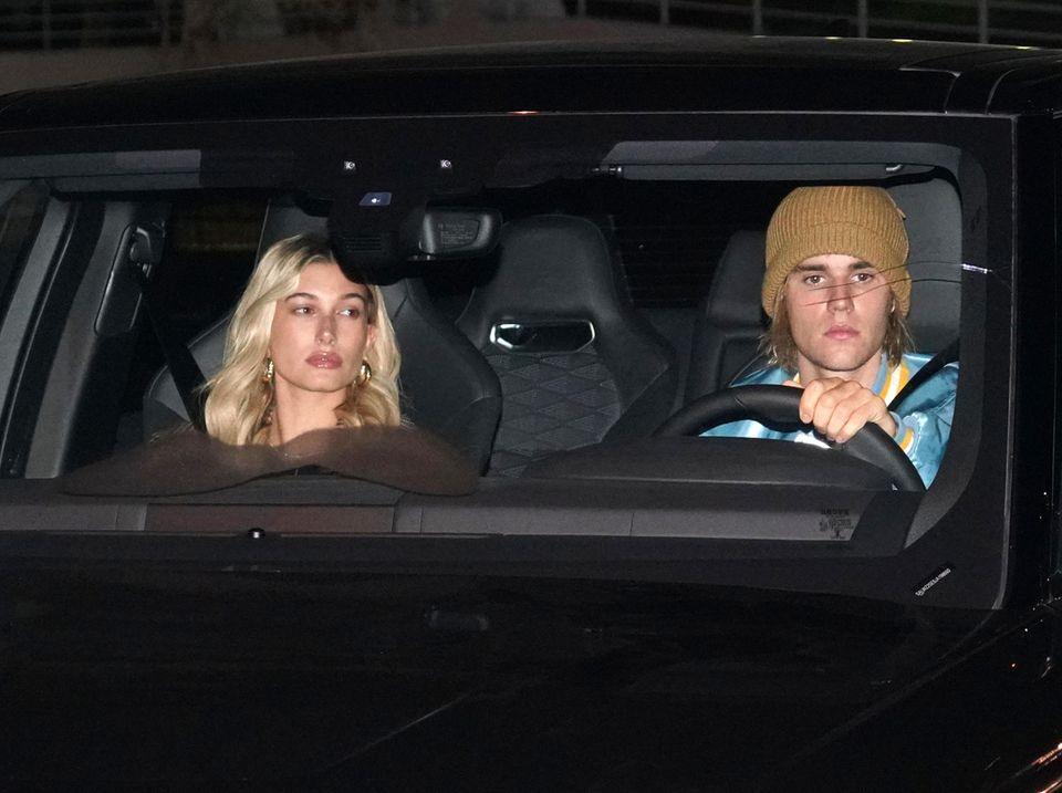 4. Oktober 2018  In einem coolen SUV kutschiert Justin Bieber seine Freundin Hailey Baldwin durch die Nacht. Doch was ist da bitte mit der Windschutzscheibe passiert? Genau vor Justins Gesicht ist ein großer Sprung im Glas zu sehen.