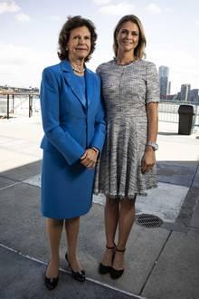 Schon am Nachmittag ließen sich Prinzessin Madeleine und Königin Silvia bei der UN-Konferenz gegen Gewalt gegen Kinder fotografieren. Madeleine zeigt sich hierbei eher farblich zurückhaltend im schwarz-weißen Wollkleid von Rebecca Taylor. Luxus muss schließlich trotzdem sein, dafür sorgen auch noch ihre Balenciaga-Tasche und die Riemchen-Pumps von Chloé