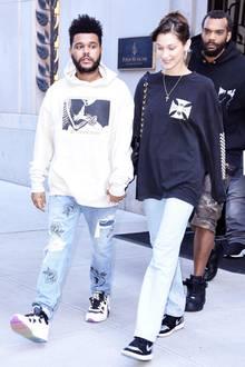 Yin und Yang, Baby! Derschwarz-weiße, sportlichePartnerlook von Topmodel Bella Hadid und ihrem Freund The Weeknd ist vielleicht nur ein Zufall. Trotz der Lässigkeit dieser Kino-Date-Outfits sieht das ganze aber ziemlich abgestimmt aus.