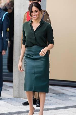 Strahlend schön: In einem Ensemble aus Lederrock und Bluse zeigt sich Herzogin Meghan während ihres Besuchs in Sussex.