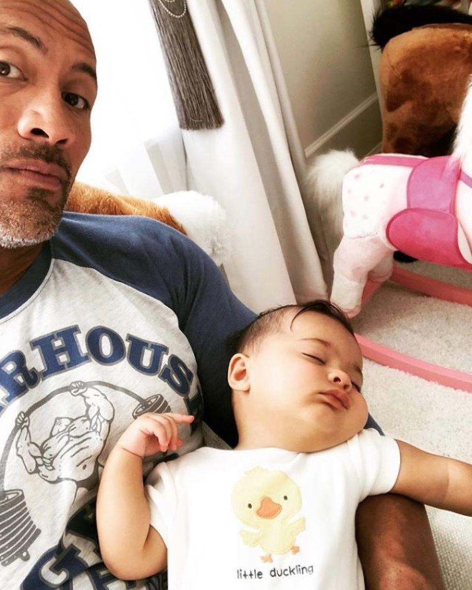 3. Oktober 2018  Hollywoodstar Dwayne Johnson teilt einen niedlichen Papa-Tochter-Moment.