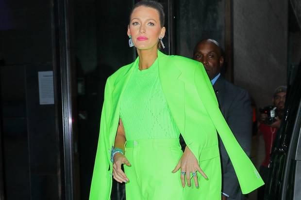 In Sachen Mode ist Blake Lively absoluter Profi: Sie trägt einen Komplett-Neon-Look und trägt dazu pinke Lippen. Wer kann, der kann eben...