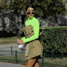 Zusammen mit Erdtönen und klaren Schnitten wirkt der neongrüne Rollkragenpullover von BloggerinCamila Coelho schon fast dezent.