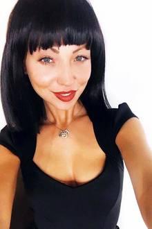 Hätten Sie diese Damen auf den ersten Blick erkannt? Kristina Yantsen, Gewinnerin der Bachelor-Staffel mit Daniel Völz, zeigt sich auf Instagram mit einem ganz neuen Look. Ihre Haare sind kürzer, schwarz gefärbt und sie trägt Pony. Ihre Fans sind nicht begeistert vom neuen Look - einige hoffen darauf, dass es sich nur um eine Perücke handelt. Tatsächlich trägt Kristina auf diesem Selfie nur eine Perücke - wie sie einen Tag später in einem weiteren Posting gesteht.