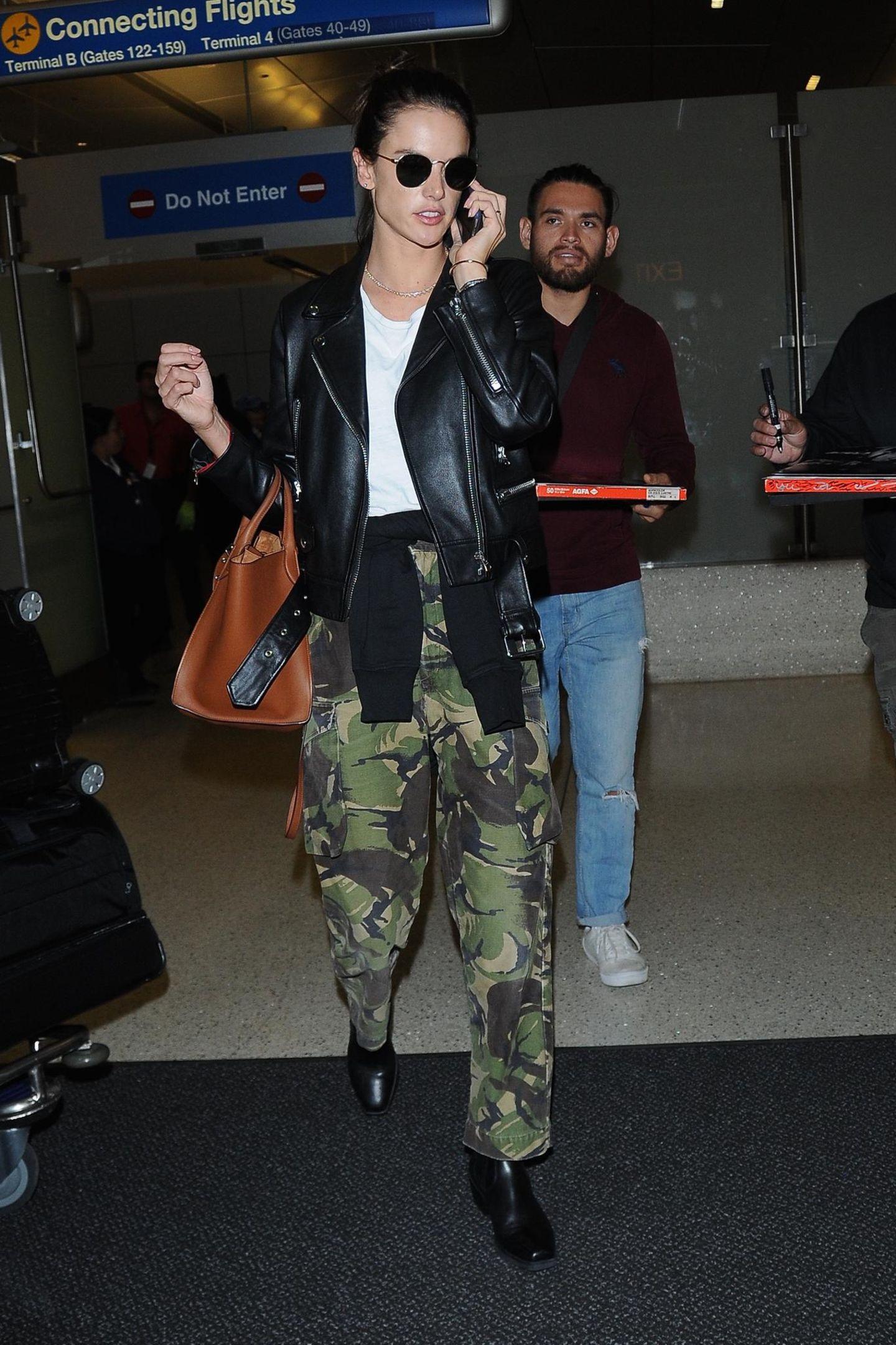 Bloß nicht auffallen - ob soAlessandra Ambrosios Devise am Flughafen in Los Angeles lauten sollte?Zwar trägt das Supermodel passend dazu eine weit geschnitteneCamouflage-Hose und eine tarnende Sonnenbrille, inkognito ist sie allerdings trotzdem nicht. Ihr Style ist dafür viel zu cool und lässig, als dass man die hübsche Brasilianerin übersehen könnte.