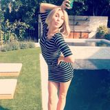 Julianne Hough macht für ihre Instagram-Follower gerne mal 'ne flotte Pose am Pool.