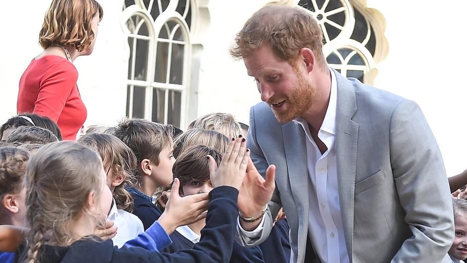Prinz Harry mit Schulkindern