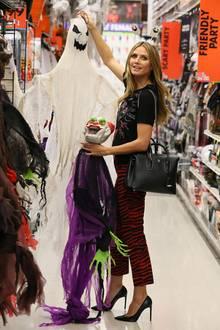 Endlich wieder Halloween! Heidi Klums liebster Feiertag rückt näher, und natürlich muss die Deko besorgt werden. Mit Leo-Print-Hose, Shirt und Stilettos ist sie dafür entsprechend lässig gestylt.