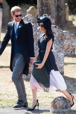 Zur Hochzeit von Charlie van Straubenzee erscheint Geburtstagskind Meghan in einem dunkelblauen Kleid von Club Monaco.