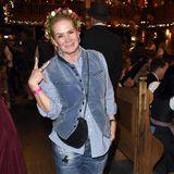 Sie hat es wieder getan! Schon vor einigen Tagen trug Claudia Effenberg auf dem Oktoberfest Jeans und Bluse statt Dirndl. Dieses Mal kombiniert sie zumindest eine Trachtenweste und einen Blumenkranz zu ihrem Casual Look. Dennoch freuen wir uns die hübsche Blondine bald wieder im Dirndl zu sehen!