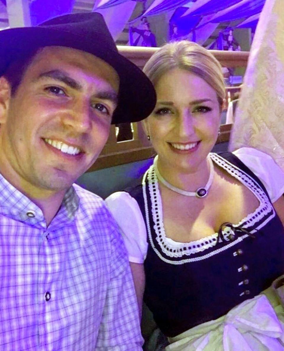 Seltenes Foto: Fußballer Philipp Lahm besucht gemeinsam mit seiner hübschen Ehefrau Claudia das Oktoberfest. Wie es sich gehört hat sich das Paar in Tracht geworfen. Claudia Lahm trägt ein sehr traditionelles Dirndl und betont ihr Dekolleté mit einer hübschen Kette.
