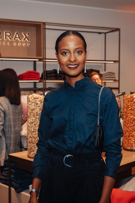 4. Oktober 2018  Auch Model SaraNuru gehört zu den prominenten Gästen des Berliner BRAX-Stores.