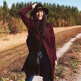 Goldener Herbst: Model Rebecca Mir genießt den Herbst schon jetzt in vollen Zügen und trägt dabei auch noch das perfekte Outfit für die etwas kühlere Jahreszeit. Rebecca kombiniert zu einer Jeans einen bordeauxfarbenen Mantel und schwarze Accessoires.