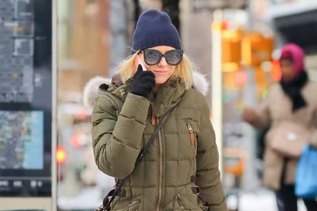 Hollywood-Star Naomi Watts mit Beanie unterwegs in New York.