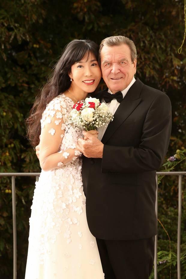 Bereits am 2. Mai 2018 heiratete Gerhard Schröder seine Soyeon Schröder-Kim in ihrer koreanischen Heimat. Heute, am 5. Oktober, feiert das Paar eine große Party im Adlon. Anlässlich dieser Feier veröffentlichte das Paar auch dieses schöne Hochzeitsfoto, welches die 49-Jährige in einem wunderschönen Brautkleid zeigt. Das mit Blumenapplikationen bestickte Kleid stammt vom Label Kaviar Gauche - doch natürlich trägt die Koreanerin ein ganz besonderes Modell ...