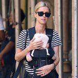 3. Oktober 2018  Fast unscheinbar scheint Milliardärstochter (und Schwester von Paris Hilton)Nicky Hilton mit Baby durch New York zu schleichen.
