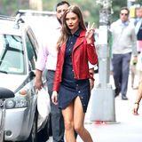 Lässig! Victoria's Secret Model Josephine Skriver zeigt sich in einer Jeans-Kombination aus Rock und Bluse. Auch der Rock ist komplett aufknöpfbar. Dazu trägt das Model eine rote Lederjacke und roten Lippenstift auf ihren Lippen.