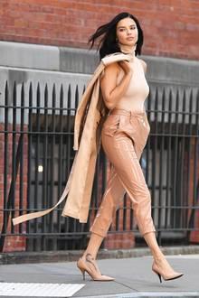 Ton in Ton: Model Adriana Lima zeigt sich bei einem Streetstyle-Shooting in einem einfarbigen Look, der aber keinesfalls eintönig wirkt. Zur glänzenden Lederhose kombiniert sie ein schlichtes Top und einen leichten Trenchcoat.