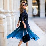 Wie gut ein Nadelstreifen-Blazer zum Tüllrock aussehen kann, zeigt uns Bloggerin Alexandra Lapp auf den Straßen von Paris. Besonders schöner Hingucker: Ihre Samt-Handtasche.