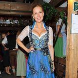Im blauen, reich besticktenEdel-Dirndl strahlt Veronica Ferres dem Oktoberfest-Fotografen entgegen.
