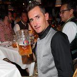 Die wievielte Maß das für Miroslav Klose schon ist, wissen wir nicht, aber dem Festzelt-Fotografen in der Käfer-Wiesenschänke zuprosten kann er noch.