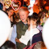 Im Käfer-Festzelt feiern Bill Clinton, hier mit einem begeisterten Fan, Hillary und auch Gloria von Thurn und Taxis (im Hintergrund), wie es sich für einen zünftigen Oktoberfest-Abend gehört.