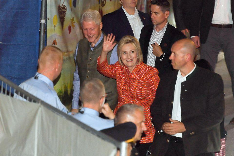 Und Oktoberfest-Besucher Bill hat auch seine Frau, die ehemalige Präsidentschaftskandidation Hillary Clinton in München an seiner Seite, allerdings im Kostüm, nicht im Dirndl.