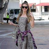 """Wenn sich einer in Sachen Mode was traut, dann Heidi Klum! Paparazzi erwischen das Model auf dem Weg ins Studio von """"America's Got Talent"""" inwilden Animalprints gekleidet: Zu ihrem Maxikleid im Leo-Look kombiniert sie Stiefelletten in Schlangenleder-Optik und eine dazu passende Handtasche. Und damit nicht genug: Um den Mustermix perfekt zu machen, bindet Heidi ein Karo-Hemd um ihre Hüften – damit ist sie ein echter Hingucker!"""