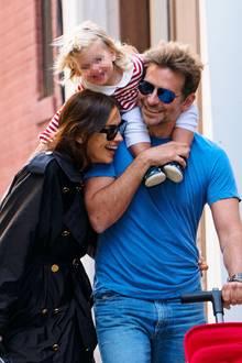 6. Oktober 2018  Oh, mein Gott...wie süß ist diese Familie bitte?! Die bezaubernde kleine Lea sorgt auf den Schultern ihres Vaters Bradley Cooper dafür, dass Mama Irina Shayk, erund sie auch beim Spaziergang durch das New Yorker West Village ganz eng zusammenbleiben.