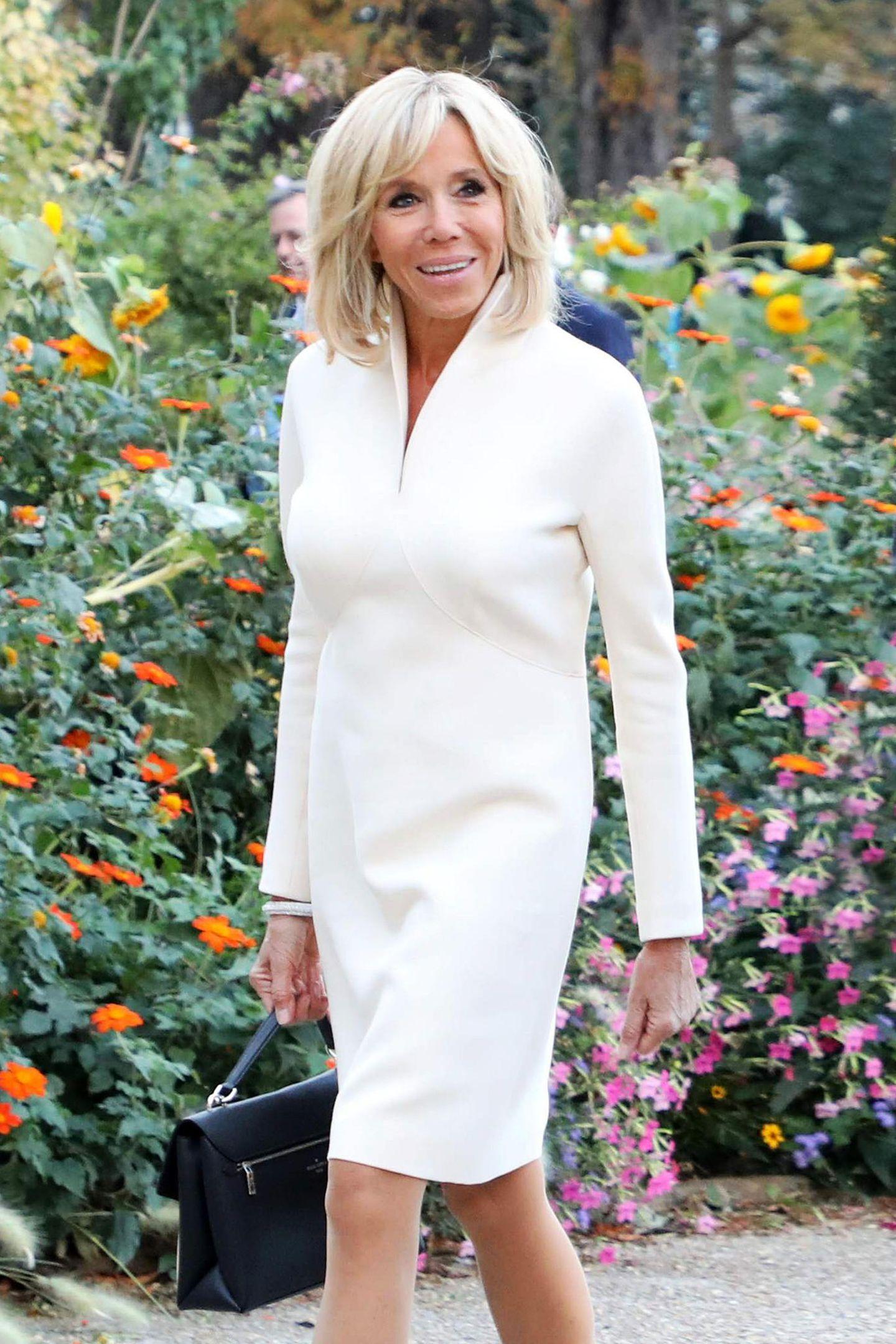 Strahlend in Weiß präsentiert sich Prèmiere Dame Brigitte Macron beim Besuch der Miró-Ausstellung mit König Felipe und seiner Letiziaim Pariser Grand Palais. Aber die Königin stiehlt ihr mit ihrem Look fast die Show ...