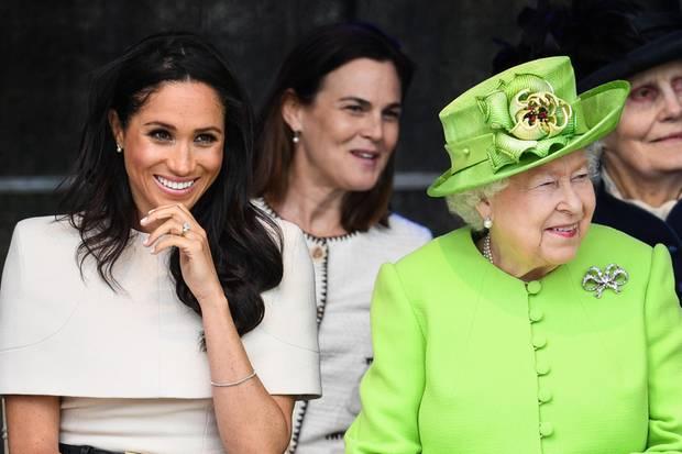 Herzogin Meghan und die Queen bei ihrem Besuch in Cheshire:Hinter den beiden sitzt Privatsekretärin Samantha Cohen.