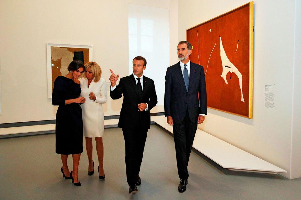 5. Oktober 2018  Während der französische Präsident und der König ernst durch die Ausstellung schreiten, haben ihre hohen Damen wohl ein anderes Gesprächsthema.