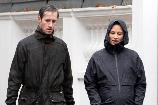 Jetzt heißt es warten! Zusammen mit ihrem Mann James Matthews und den beiden Hunden spaziert Pippa Middleton im sportlichen Partnerlook durchs herbstliche London und schütztihren runden Babybauch dabei mit regenfester Kapuzenjacke.