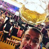 Joko Winterscheidt sorgt auf dem Oktoberfest im Schützen-Festzelt auch dafür, dass sich die Fässer leeren und sein Bierbäuchlein sexy Rundungen annimmt.