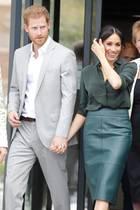 """Palast-Mitarbeiter haben einen ganz einfachen Trick entwickelt, sich Decknamen für die Mitglieder der Königsfamilie auszudenken. So nennen sie Prinz Harry und seine Ehefrau Herzogin Meghan beispielsweise """"David Stevens"""" und """"Davina Scott"""", berichtet die britische Zeitung """"Daily Mail"""". Der Trick: Die Codenamen haben die gleichen Initialien (""""DS"""") wie der Titel der beiden: Duke und Duchess of Sussex""""."""