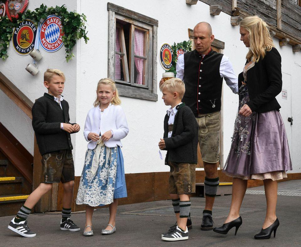 So, alle aufstellen fürs Foto! Auch Arjen Robben hat seine Familiemitsamt Frau Bernadien und den drei BlondschöpfenLuka, Lynnund Kai mit auf die Wiesn gebracht.