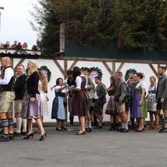 Da sind sie wieder! Die Mannschaft desFC Bayern München feiert wie jedes Jahr geschlossen auf dem Oktoberfest. Und es dauert etwas, bis alle in Käfer-Festzelt eingezogen sind.