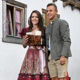 Rafinhaund seine Freundin Fernanda Bellafronte prosten schon vor dem Festzelt mit ihrer Maß.