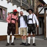 Franck Ribery hat zwei Freunde mitgebracht, deren Lederhosen-Looks wesentlich spannender sind als der des Mittelfeldspielers.
